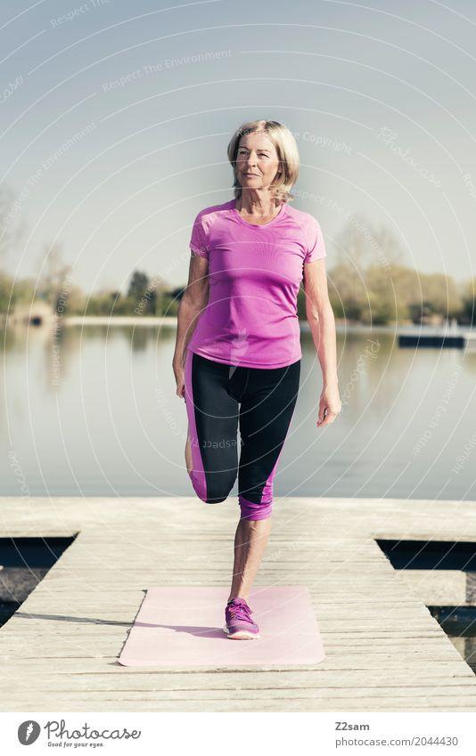 stretching Frau Natur Sommer schön Landschaft Erholung Einsamkeit Erwachsene Senior Gesundheit Sport See Freizeit & Hobby blond Kraft 60 und älter