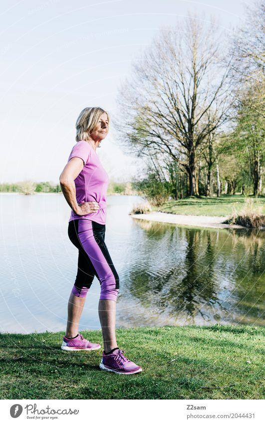 60 ist das neue 50 Lifestyle elegant Stil Sport Fitness Sport-Training Frau Erwachsene Weiblicher Senior 60 und älter Natur Sommer Schönes Wetter Park Wiese