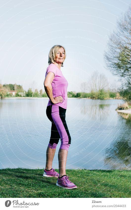 strong enough Lifestyle elegant Fitness Sport-Training feminin Weiblicher Senior Frau 60 und älter Natur Landschaft Sommer Schönes Wetter Wiese Seeufer