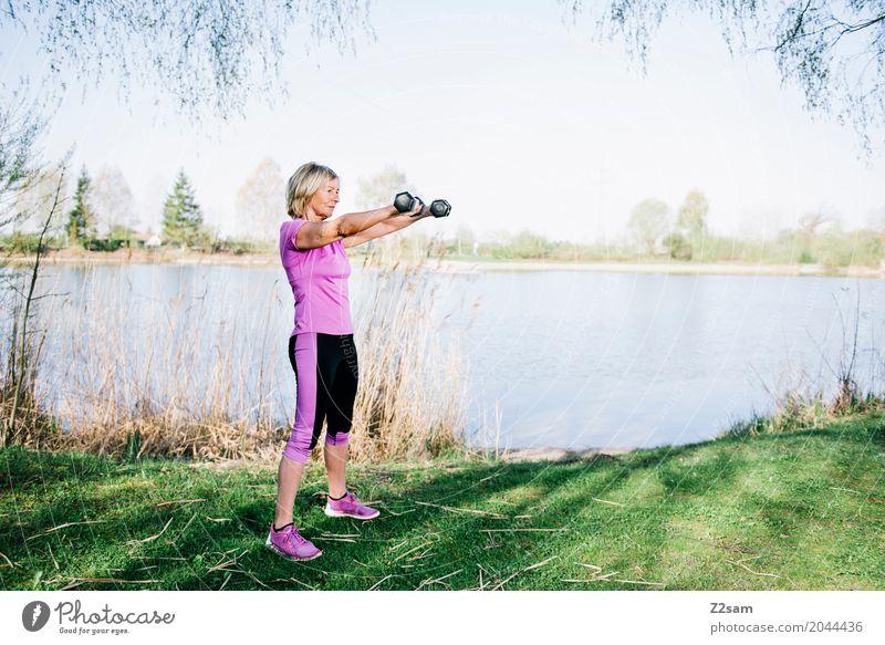 strong enough Freizeit & Hobby Sport Fitness Sport-Training Frau Erwachsene Weiblicher Senior 60 und älter Himmel Sonnenlicht Sommer Schönes Wetter Sträucher