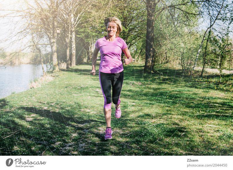 straight on Freizeit & Hobby Sport Fitness Sport-Training Joggen Junge Frau Jugendliche Weiblicher Senior 60 und älter Landschaft Sonne Sommer Schönes Wetter