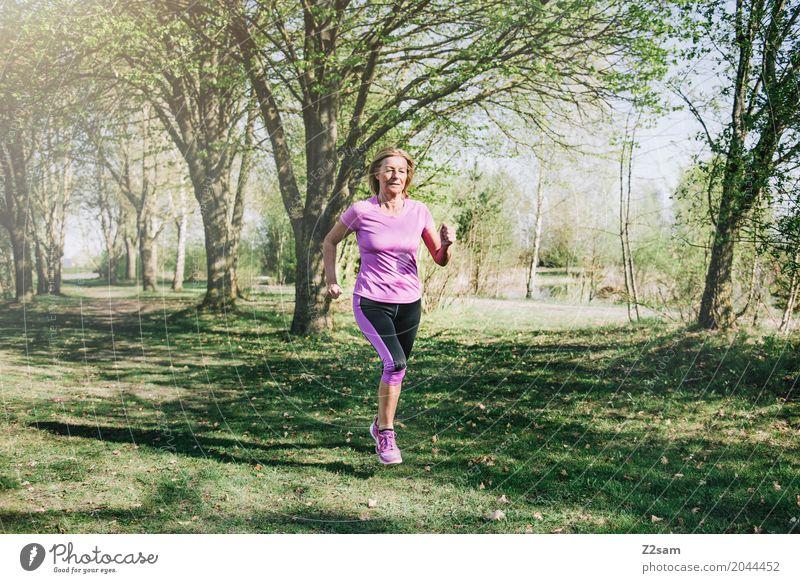 runnnnnnnning Freizeit & Hobby Sport Fitness Sport-Training Joggen Frau Erwachsene Weiblicher Senior 60 und älter Natur Sonne Sommer Schönes Wetter Baum Wiese