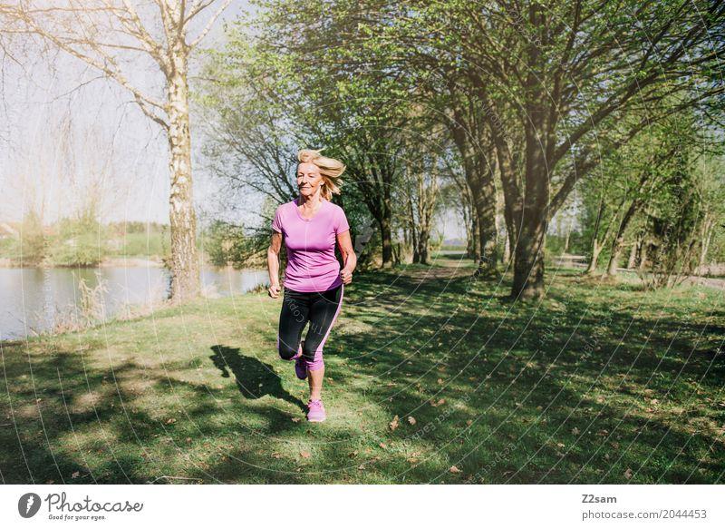 kleines läufchen Lifestyle Freizeit & Hobby Fitness Sport-Training Joggen Weiblicher Senior Frau 60 und älter Landschaft Sommer Schönes Wetter Baum Wiese