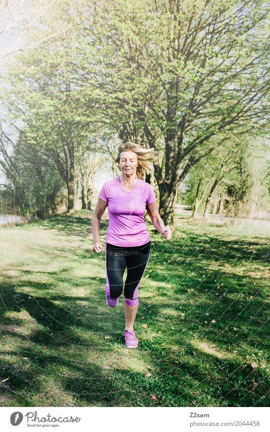 always straight forward Freizeit & Hobby Sport Fitness Sport-Training Joggen feminin Weiblicher Senior Frau 60 und älter Natur Landschaft Sonne Sommer