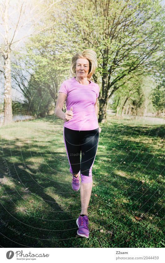 Forward Lifestyle Freizeit & Hobby Sport Fitness Sport-Training Joggen Frau Erwachsene Weiblicher Senior 60 und älter Natur Landschaft Sonnenlicht Sommer Baum