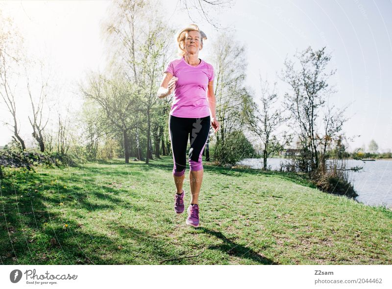 running Lifestyle Freizeit & Hobby Sport Fitness Sport-Training Joggen Weiblicher Senior Frau 60 und älter Sonne Sommer Schönes Wetter Sträucher Seeufer