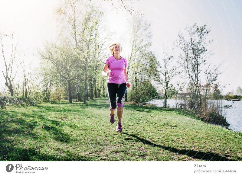 running Freizeit & Hobby Sport Fitness Sport-Training Joggen feminin Weiblicher Senior Frau 60 und älter Natur Landschaft Sommer Schönes Wetter Wiese Seeufer