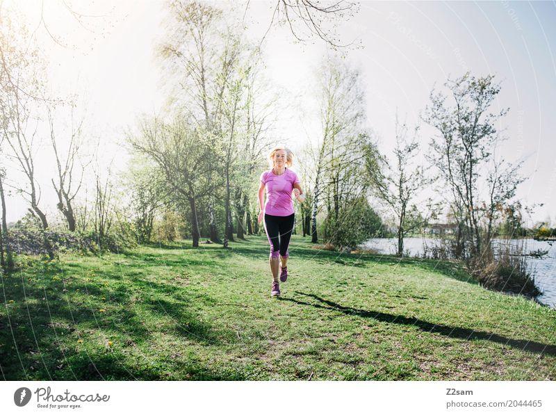 running Lifestyle Freizeit & Hobby Sport Fitness Sport-Training Joggen Frau Erwachsene Weiblicher Senior 60 und älter Landschaft Sonnenlicht Sommer