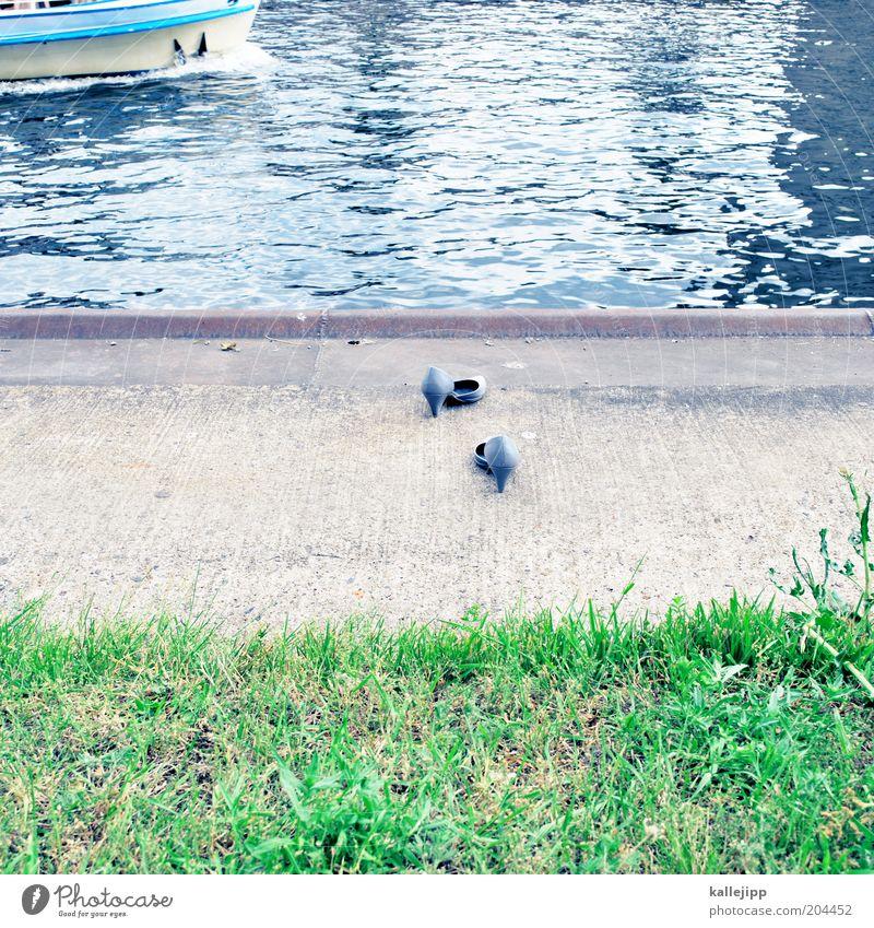 nah am wasser gebaut Wasserfahrzeug Schuhe fahren Fluss Schifffahrt Flussufer verloren Hinweis untergehen Rätsel Fähre Damenschuhe vermissen Spree ertrinken verschwunden