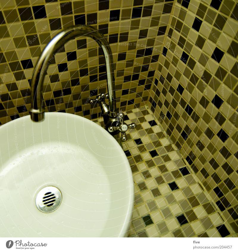 bitte hände waschen Raum Toilette Wasserhahn Waschtisch Mosaik eckig rund Sauberkeit Quadrat Abfluss Farbfoto Innenaufnahme Kunstlicht Vogelperspektive