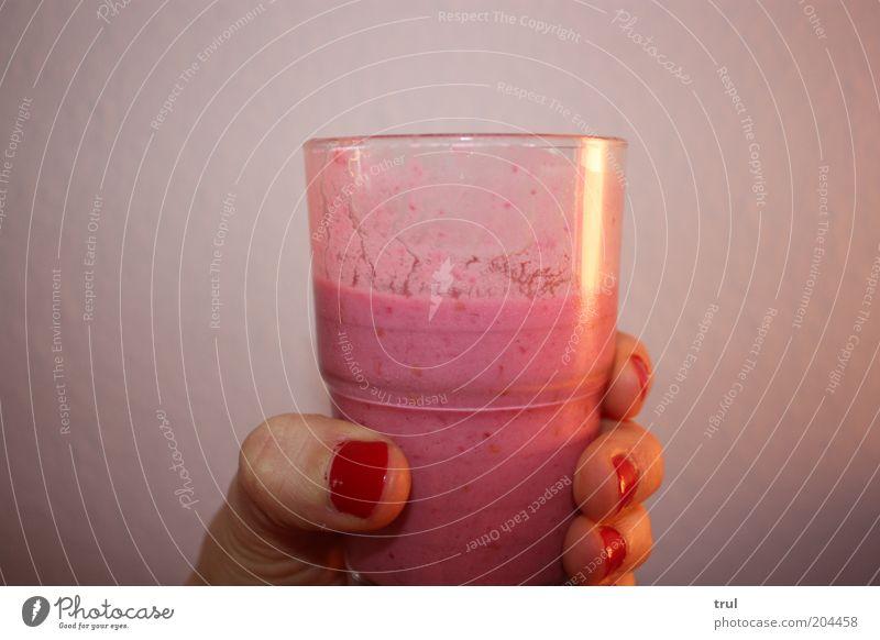 yammi Milcherzeugnisse Erfrischungsgetränk Glas Hand Finger Nagellack trinken lecker süß rosa rot genießen Farbfoto Innenaufnahme Nahaufnahme