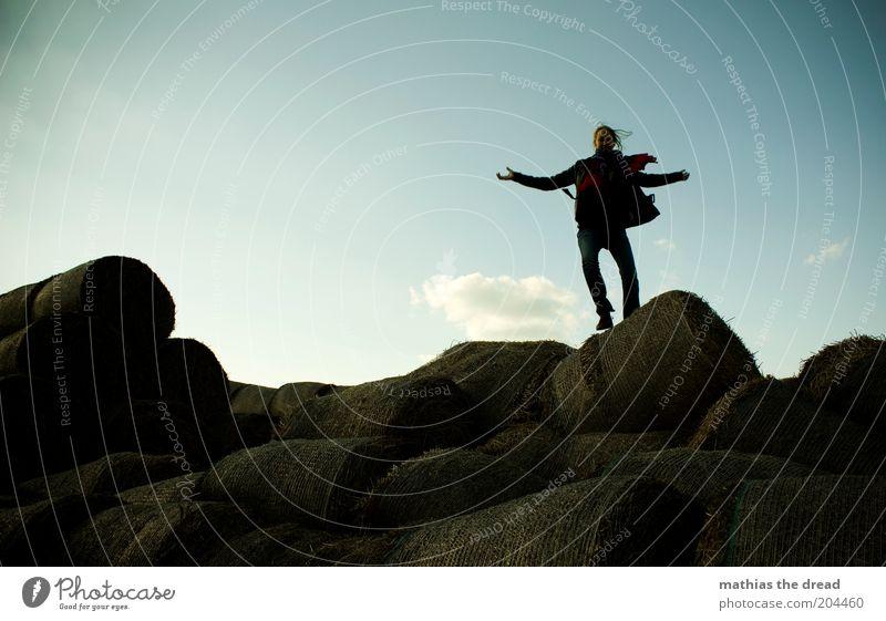 DIE LEICHTIGKEIT DES SEINS Mensch Junge Frau Jugendliche 18-30 Jahre Erwachsene Umwelt Natur Landschaft Himmel Wolken springen Strohballen lässig Bekleidung
