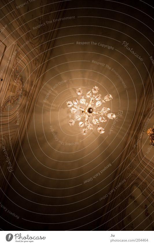 Leuchter Innenarchitektur Lampe Deckenbeleuchtung Deckenlampe Barock Opernhaus Lichtstrahl Kaleidoskop Theater Burg oder Schloss historisch festlich Festsaal