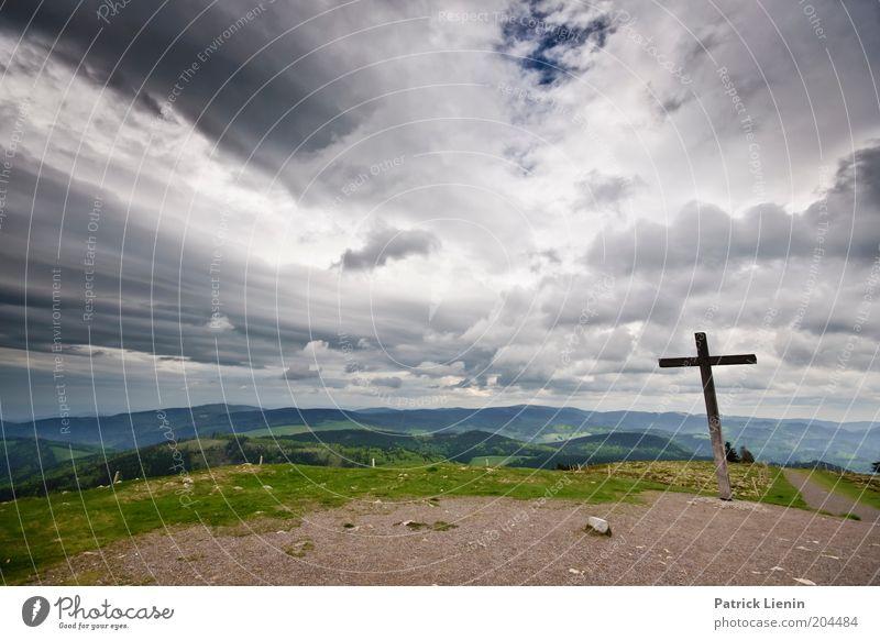 Gipfelkreuz Umwelt Natur Landschaft Urelemente Erde Luft Horizont Frühling Klima Klimawandel Wetter schlechtes Wetter Wind Regen Gewitter Pflanze Hügel