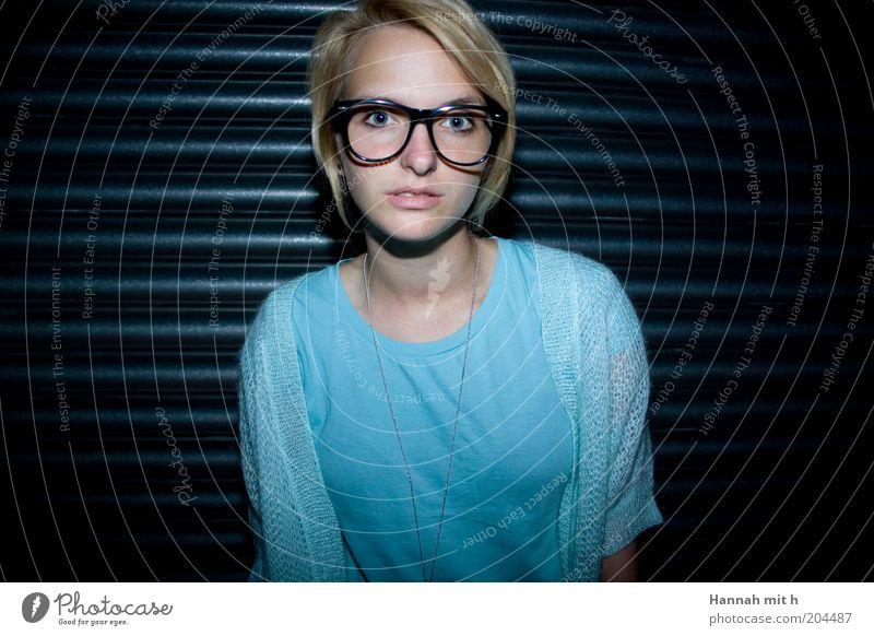 starr feminin 1 Mensch Farbfoto Innenaufnahme Vorderansicht Blick in die Kamera Blick nach vorn Junge Frau nerdig Freak Brillengestell Sehvermögen blond