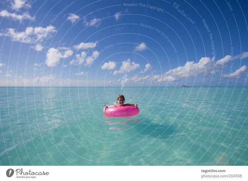 POINT PINK rosa Schwimmhilfe Himmel türkis Wasser Meer Horizont Farbfoto Textfreiraum oben Textfreiraum unten Frau Im Wasser treiben lassen