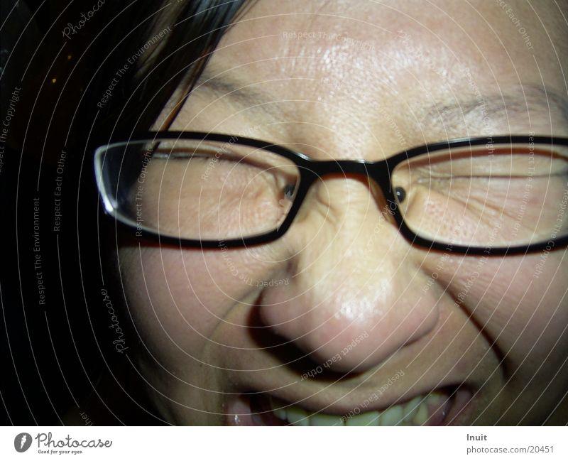 Blitz Frau Gesicht Brille grell
