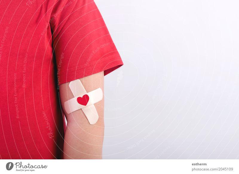 Kind mit einem Herzen auf seinem Arm gezeichnet. Lifestyle sparen Gesundheit Gesundheitswesen Behandlung Wellness Mensch Kleinkind Junge Arme 1 3-8 Jahre