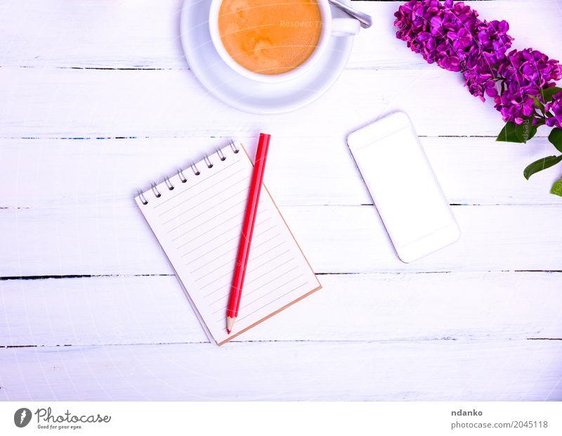 Leeres kleines Notizbuch mit einem roten Bleistift Kaffee Espresso Becher Tisch Telefon PDA Blume Papier Holz frisch oben weiß Kommunizieren Notizblock Gerät