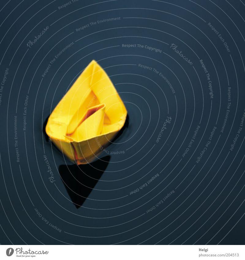 gelbes Papierschiffchen  schwimmt im Wasser Freizeit & Hobby Spielen Basteln Spielzeug ästhetisch einfach klein nass blau schwarz ruhig einzigartig Kindheit