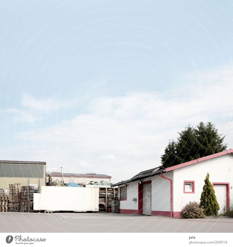 aufgeräumt Unternehmen Himmel Platz Bauwerk Gebäude Architektur blau weiß Paletten Lager Lagerhaus Werkhof Farbfoto Außenaufnahme Menschenleer Textfreiraum oben