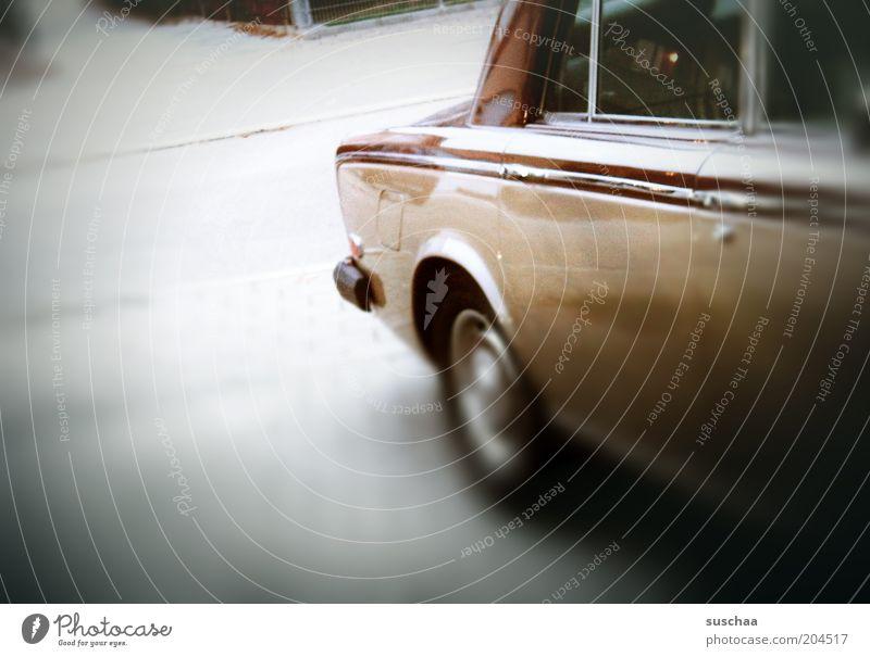 auto. unscharf .. alt Straße PKW Reichtum Fahrzeug Autofahren KFZ Personenverkehr Straßenverkehr Oldtimer Bildausschnitt Bekanntheit Verkehrsmittel Heck teuer