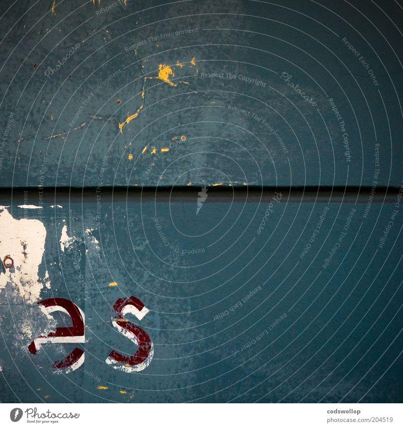 er sie it Mauer Wand Fassade Schriftzeichen alt kaputt trist Kommunizieren Vergänglichkeit Typographie Grammatik verfallen Farbfoto Textfreiraum rechts