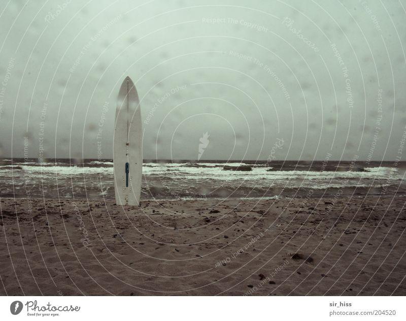No fun! Wassersport Surfbrett Wassertropfen Wolken schlechtes Wetter Wind Regen Küste Insel warten kalt nass blau grau grün Langeweile Freizeit & Hobby Horizont