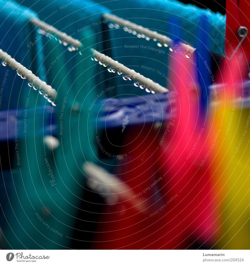 Badetag blau gelb Farbe kalt Regen rosa Wassertropfen nass frisch Tropfen Häusliches Leben mehrfarbig Wäsche waschen Bekleidung