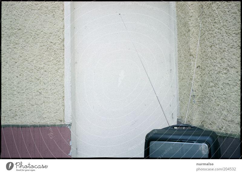 Morgensendung Wand Mauer Stimmung Umwelt Perspektive Technik & Technologie Fernseher Fernsehen Freizeit & Hobby Häusliches Leben Innenarchitektur Medien trashig Wohnzimmer Antenne