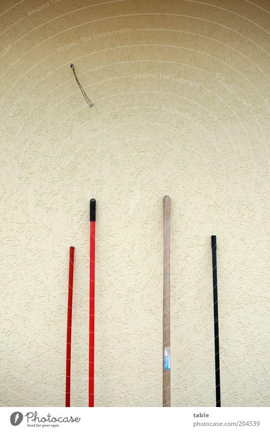 Pause rot schwarz Wand Holz grau Mauer Fassade Ordnung stehen dünn Kunststoff Stab anlehnen Besen Besenstiel angelehnt