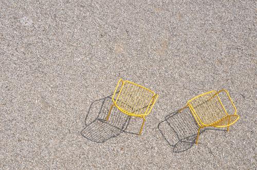 Gesprächsfreiraum grün Erholung Einsamkeit Ferne gelb sprechen Garten Zusammensein träumen sitzen Stuhl Sehnsucht nah ausdruckslos Meditation Partnerschaft
