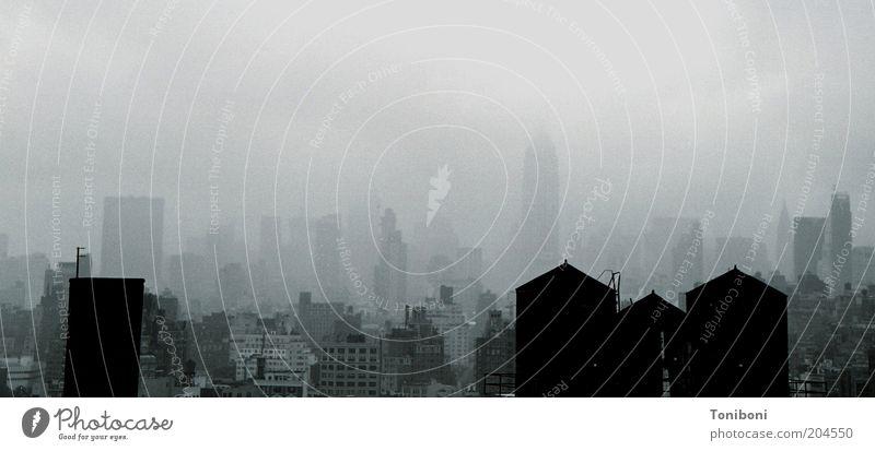 Nebel über der Gegenwart New York City USA Stadtzentrum Haus Hochhaus Sehenswürdigkeit Wahrzeichen Empire State Building ästhetisch dunkel gigantisch hoch grau