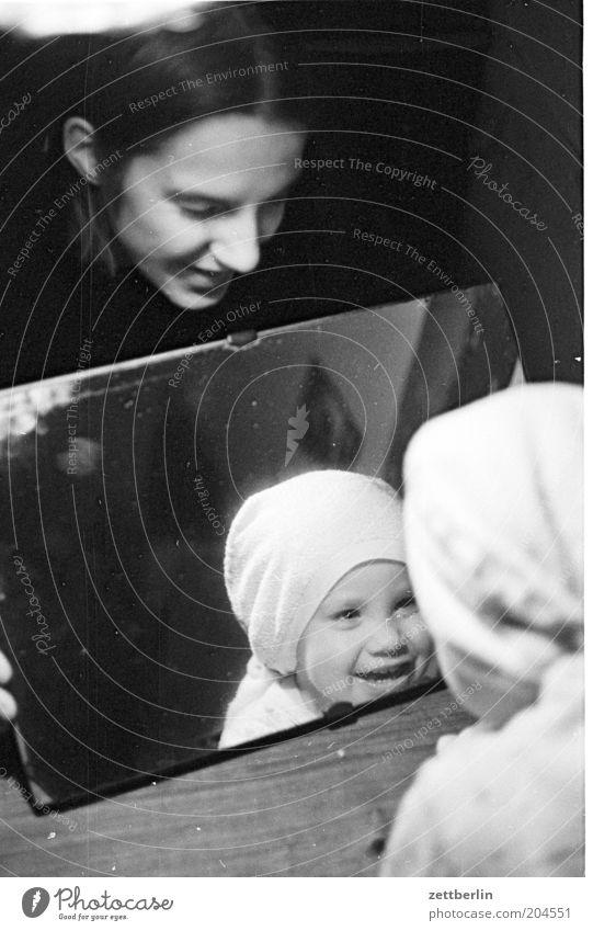 Philipp, seine Mama und sein Spiegelbild Frau Kind Freude Spielen lachen Familie & Verwandtschaft klein Fröhlichkeit Mutter entdecken Kleinkind Eltern