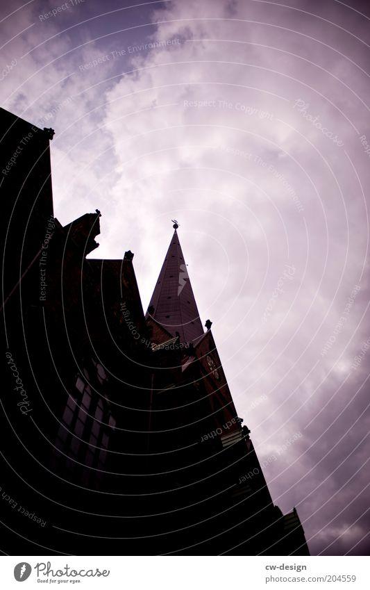 Dem Herrn gehörig Himmel blau schwarz Wolken Fenster Religion & Glaube Hamburg Fassade Kirche Dach Bauwerk Christentum schlechtes Wetter Detailaufnahme
