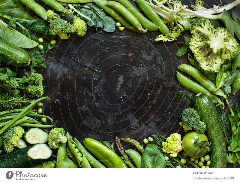 Mischung des grünen Gemüses auf einem dunklen Tabellenabschluß oben Kräuter & Gewürze Diät Blatt frisch Ackerbau Spargel Bohnen Biografie Brokkoli Bauernhof
