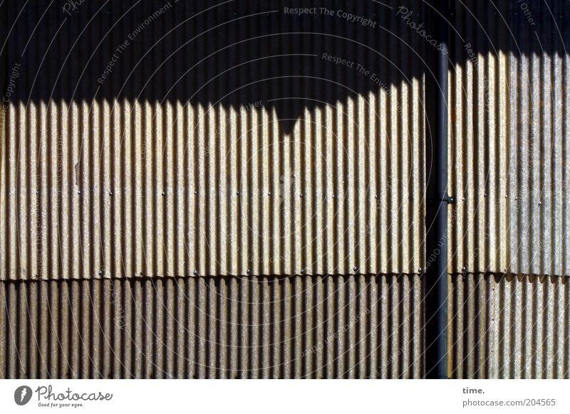 Letzter Vorhang alt grau geschlossen kaputt authentisch Material Blech parallel eckig Lamelle Licht Wellblech Fallrohr Wellblechhütte Wellblechwand