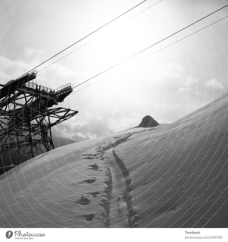 Hinauf und hinauf Natur Winter Wolken Sport Berge u. Gebirge Landschaft Wetter Tourismus Freizeit & Hobby Alpen Fußspur Wintersport Skipiste Fährte Skilift