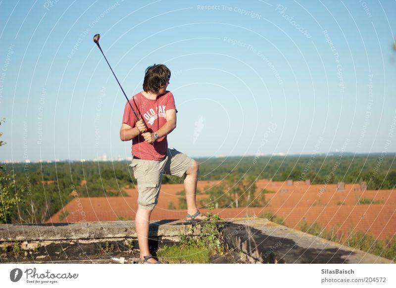Golfen über den Dächern Freizeit & Hobby Sommer Sport Golfplatz Mensch maskulin Junger Mann Jugendliche 1 18-30 Jahre Erwachsene Dach Bewegung authentisch