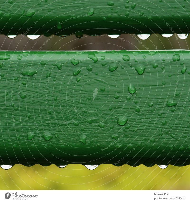 Frühling 2010 grün Regen Wassertropfen nass Tropfen Flüssigkeit Reihe feucht Holzbrett Barriere Regenwasser parallel Makroaufnahme aufgereiht