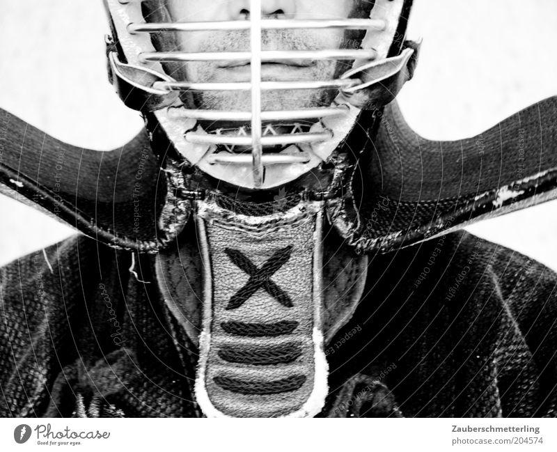 Hinter Gittern Kampfsport maskulin Nase Mund Lippen Schutzbekleidung Helm außergewöhnlich bedrohlich selbstbewußt standhaft Schwarzweißfoto Innenaufnahme