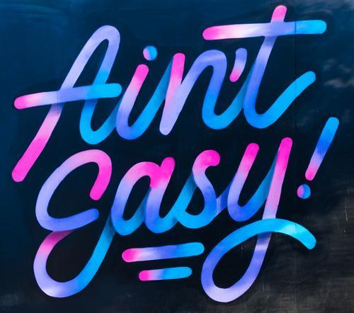 Ain't easy! Kunst Schriftzeichen Linie Streifen zeichnen authentisch modern rund wild blau rosa türkis Farbe Graffiti Straßenkunst Mauer Steinmauer Coolness
