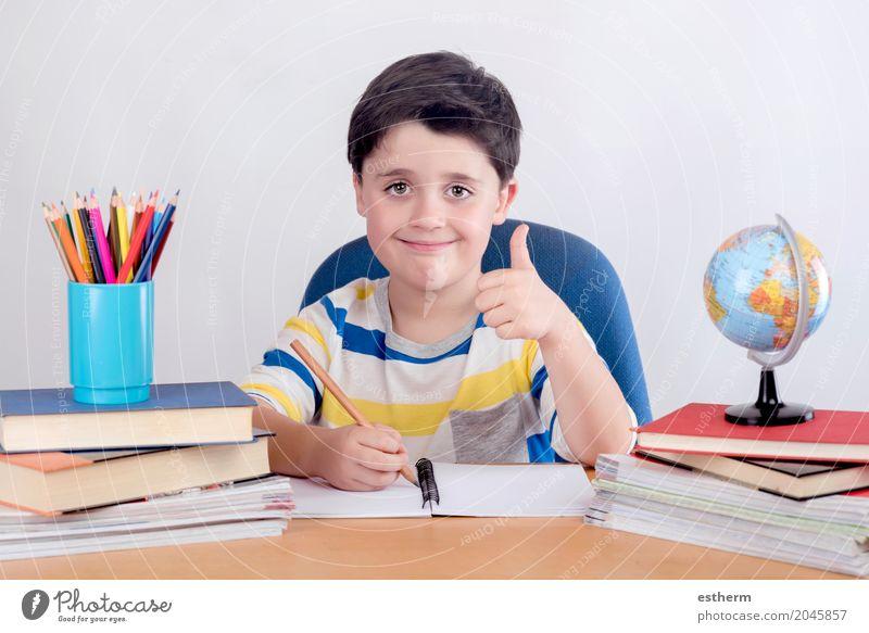 Lächelndes Jungenstudium Mensch Kind Lifestyle Glück Schule Kindheit Erfolg Kreativität lernen schreiben Bildung Kleinkind Kindergarten Optimismus