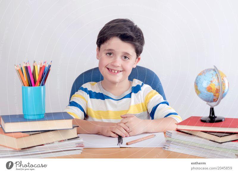 Lächelndes Jungenstudium Mensch Kind Freude Lifestyle Schule Kindheit lernen schreiben Bildung Konzentration Schüler Kleinkind Kindergarten selbstbewußt