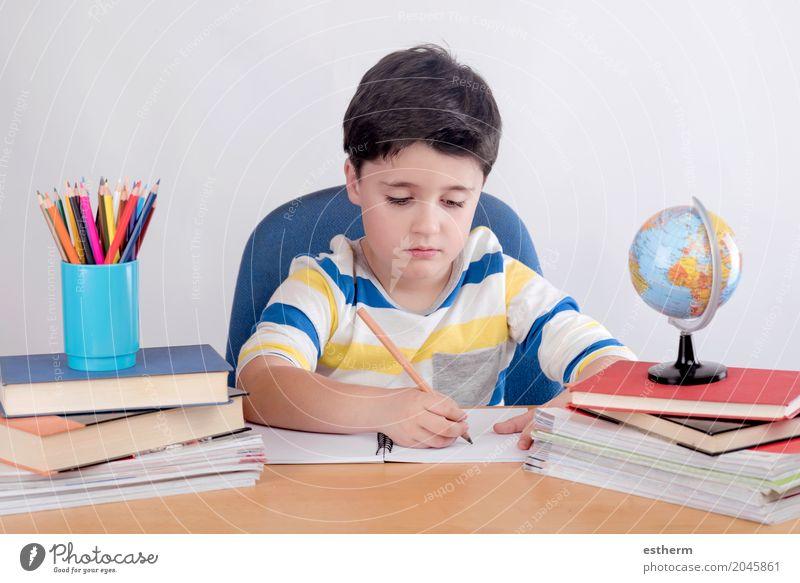 Konzentriertes Kinderstudium Mensch Lifestyle Junge Schule Kindheit lernen Papier lesen Neugier schreiben Bildung Konzentration Kleinkind Kindergarten