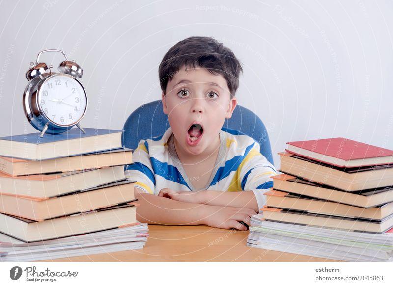 Schüler lernen Mensch Kind Lifestyle Gefühle Junge Schule Denken Stimmung Kindheit lesen Neugier Bildung Überraschung Konzentration Stress