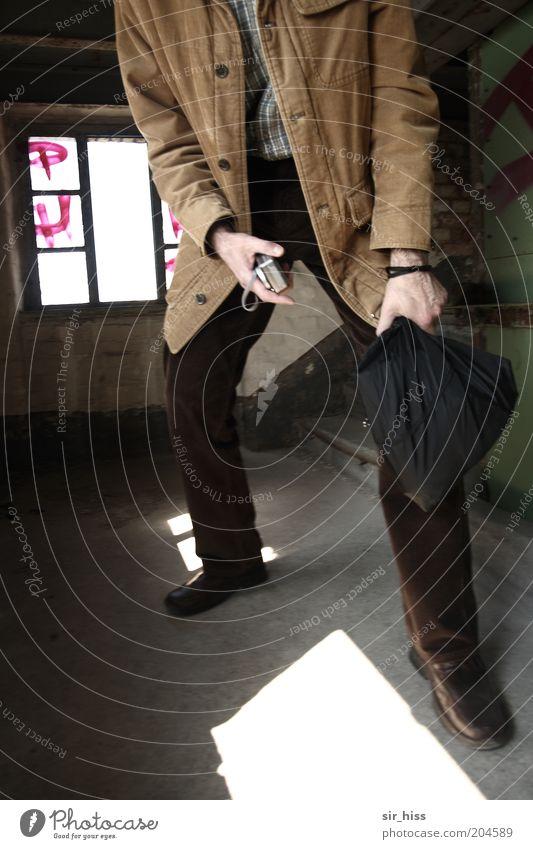 Attacke!! Mensch maskulin Perspektive Fotokamera Tasche Dieb Beutel Diebstahl Einbruch Beweis Überfall Delikt Fundstück Beutezug Beweissicherung