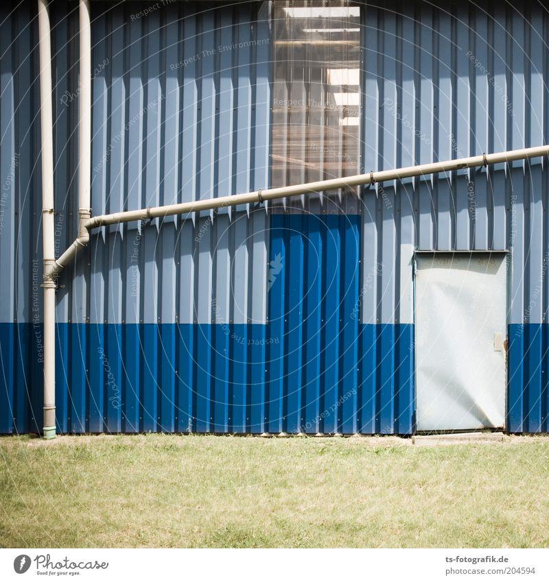 Kreatives Handwerk Röhren Fabrik Bauwerk Gebäude Architektur Fabrikhalle Abflussrohr Halle Pfusch gepfuscht Fassade Tür eckig blau grau grün Farbfoto