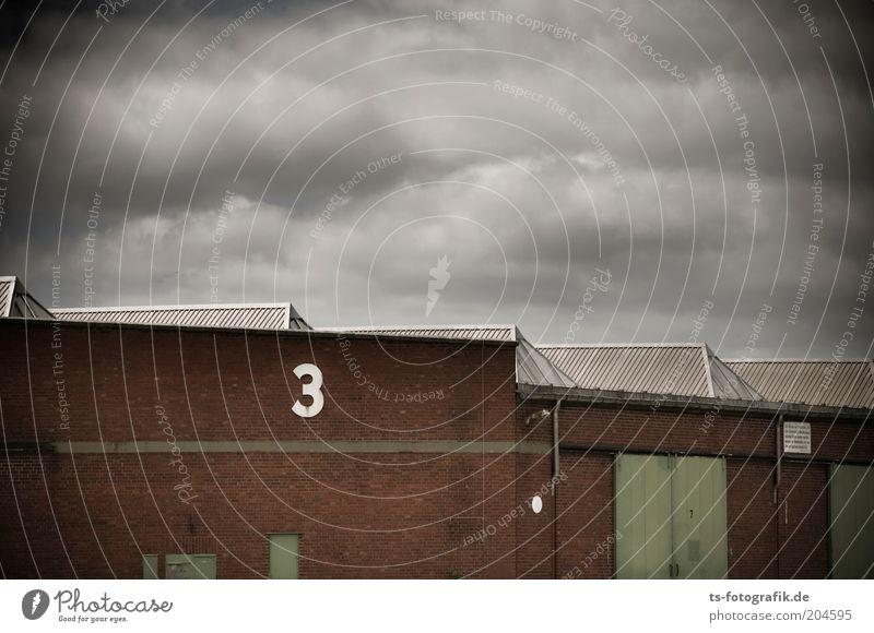 Drei-Teiler Wolken dunkel Wand grau Stein Mauer Gebäude braun Tür 3 Fabrik Dach bedrohlich Backstein Bauwerk