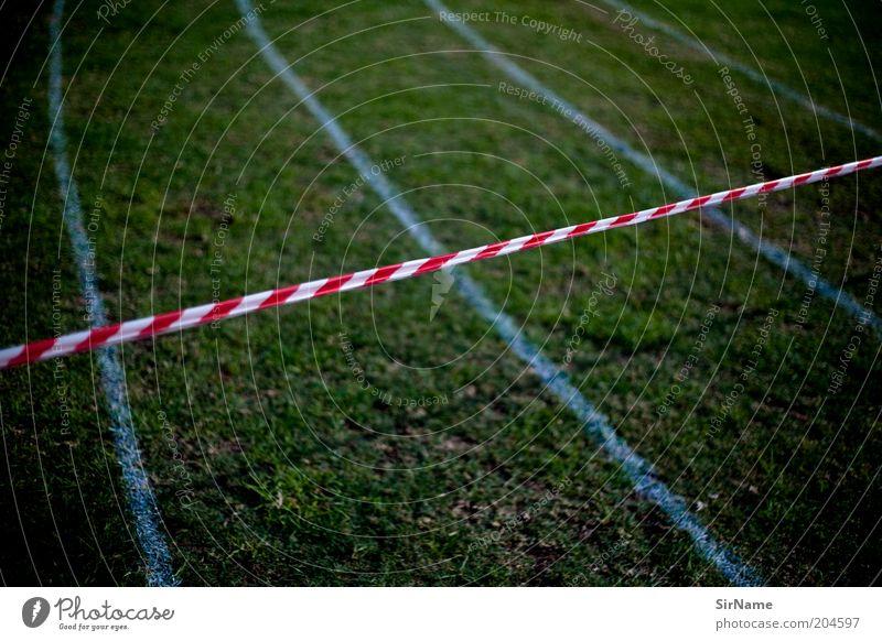 130 [Tatort: Rennstrecke] Sport Gras Wege & Pfade Perspektive Ziel Ende Sportrasen Zukunftsangst Barriere Kontrolle Rennbahn Verbote Frustration Krise